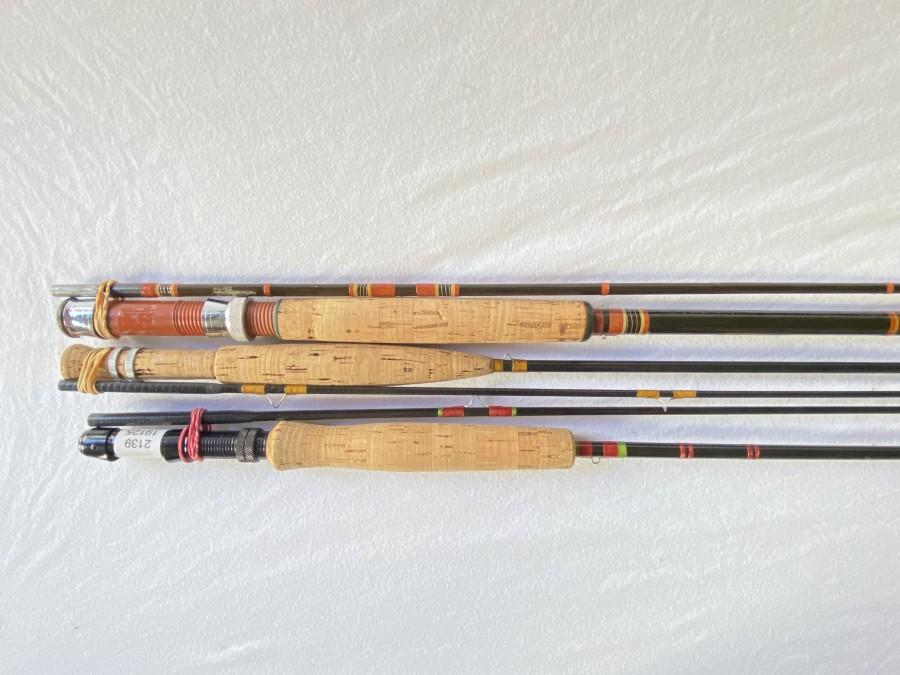 3 Fliegenruten: Orvis Graphiteblank, aufgebaut, 2tlg., 2,20m, ungleich geteilt, guter Zustand, Kohlefaserblank aufgebaut, 2 tlg., 2,60m, #7, 1 Schlangenring fehlt, Glasfaserrute, Sportex Fiberglas, 2tlg., 2,60m, #7, guter Zustand