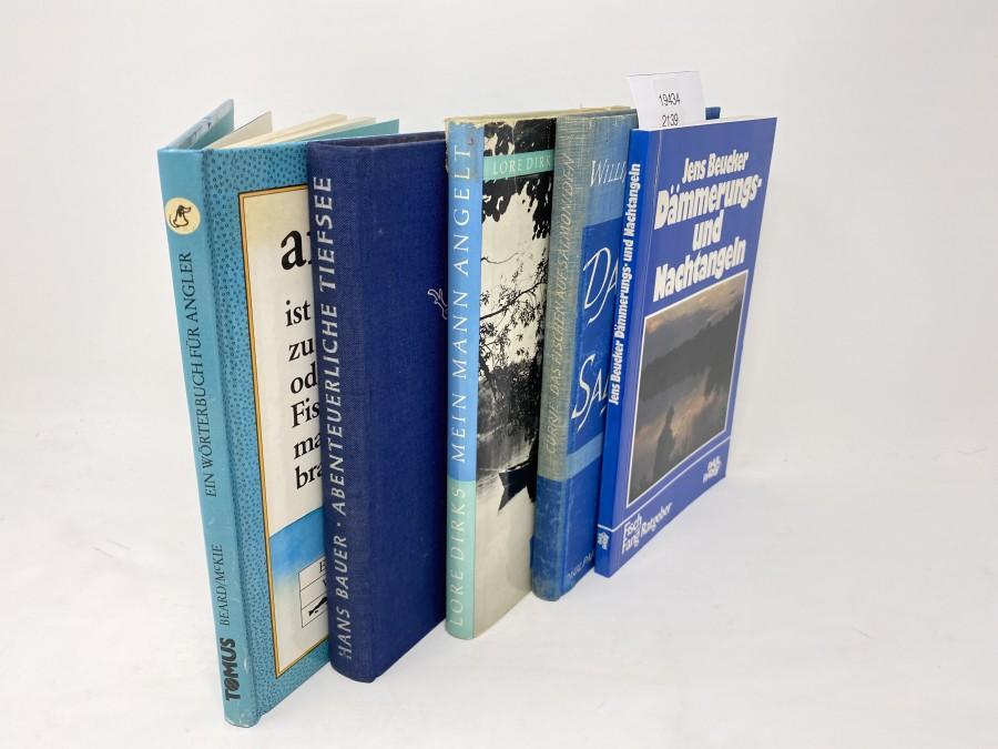 5 Bücher: angeln ist die Kunst, zu stippen, zu heben, zu senken oder zu spinnen, um Fische zu fangen, die man eigentlich nicht braucht, Henry Beard & Roy McKie; Abenteuerliche Tiefsee, Hans Bauer, 1955; Mein Mann angelt, Lore Dirks, 1963; Das Fischen auf Salmoniden, William B. Currie, 1963; Dämmerungs- und Nachtangeln, Jens Beucker, 1967