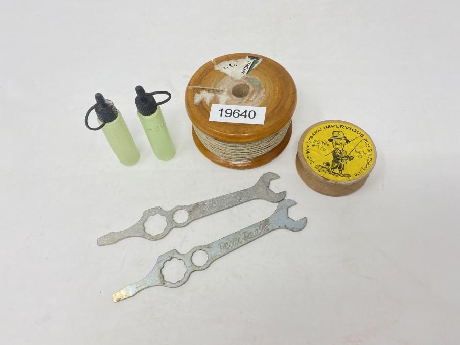 Holzspule mit Seidenschnur und kleiner Holzspule, Penn Rollentool, 2 ABU Plastikflaschen  mit Öl