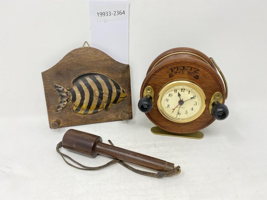 Konvolut: Fischtöter, Holzrolle mit Uhr (muss repariert werden), geschnitzter Fisch mit 2 Haltern