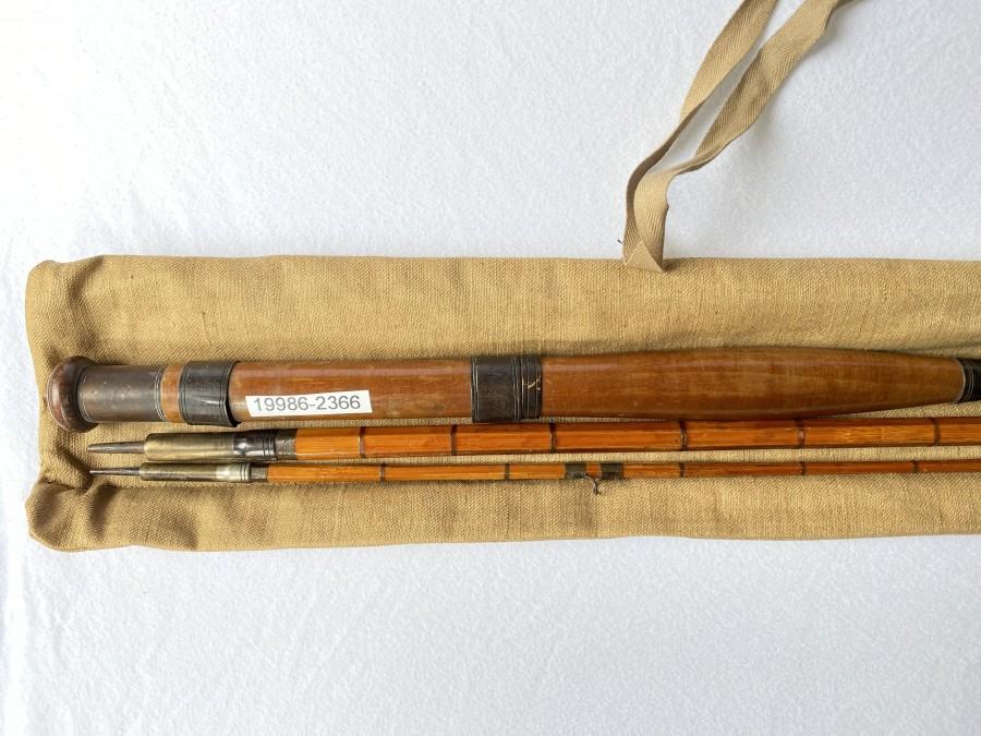Gespliesste Fliegenrute 3tlg., 2,80m, #7, Spitze gekürzt, 1 Leitring fehlt, schöner Holzgriff, Futteral, schöne Dekorationsrute