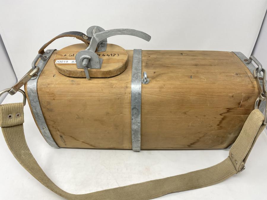 Altes, sehr gut erhaltenes Holzlagl, man kann es auch an die Wand hängen im Fischerzimmer. Für das Lagl gibt es auch ein Patent für den Hersteller. Aufschrift: Ges. Gesch. 44123. Das Lagl sieht funktionsfähig aus. Ein seltenes Stück in dieser Qualität