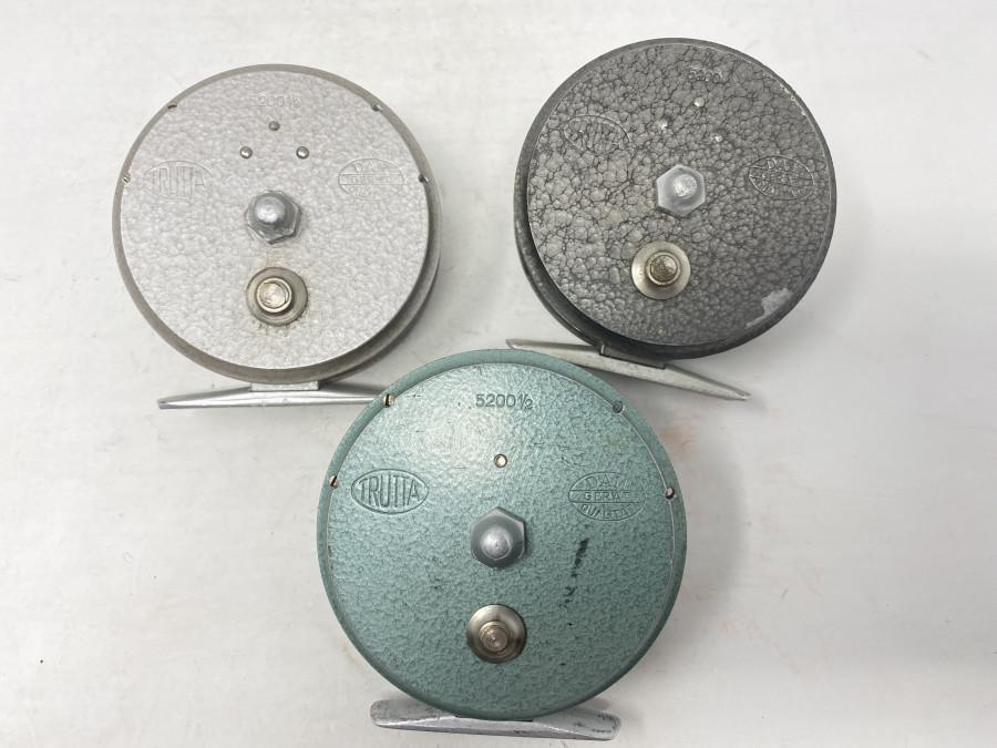 3 Fliegenrollen: DAM Trutta 5200 1/2, grün, DAM Trutta 5200 1/2 grau mit Achatschnurführungsring, DAM Trutta 5200, grauer Hammerschlaglackierung, alle Rollen in guten gebrauchten Zustand