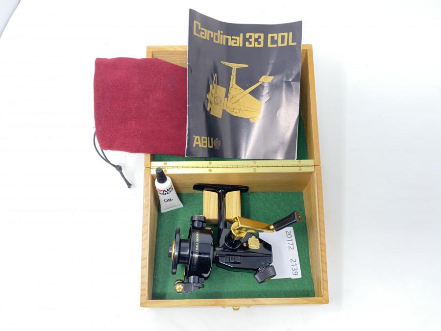 Stationärrolle, ABU Cardinal 33 CDL, Serialnummer 00920, Messingplatte ist dabei, weinroter Rollenbeutel, im Eichenholzkästchen, neu und ungefischt