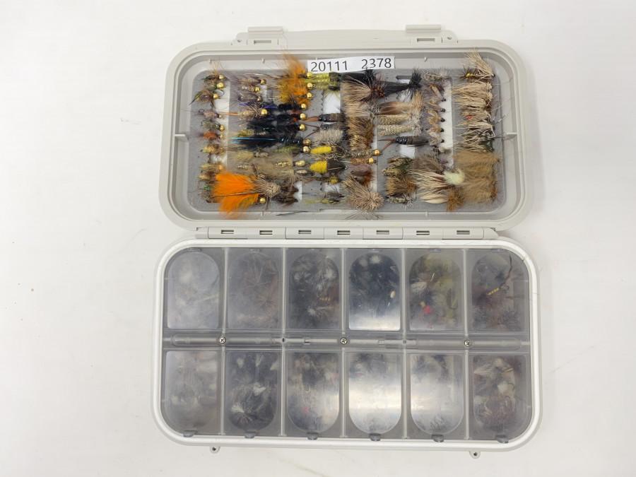 CF Fliegenbox, 12 Fächer mit ca. 200 Trockenfliegen für Forellen und Äschen, im Deckel geschlitzter Schaum mit 85 Goldkopfnymphen, Sedgen, Rehhaarfliegen und Streamer