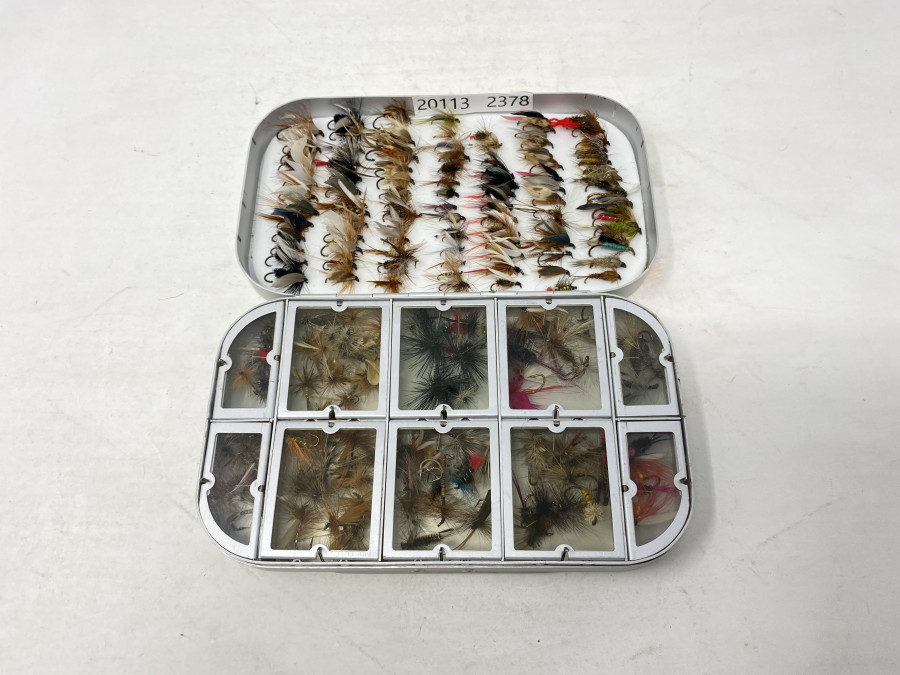 Alufliegenbox von Cormoran, 10 Springdeckelfächer mit 100 Trockenfliegen für Forelle und Äsche, im Deckel Schaumstoff mit 100 Nymphen und Nassfliegen