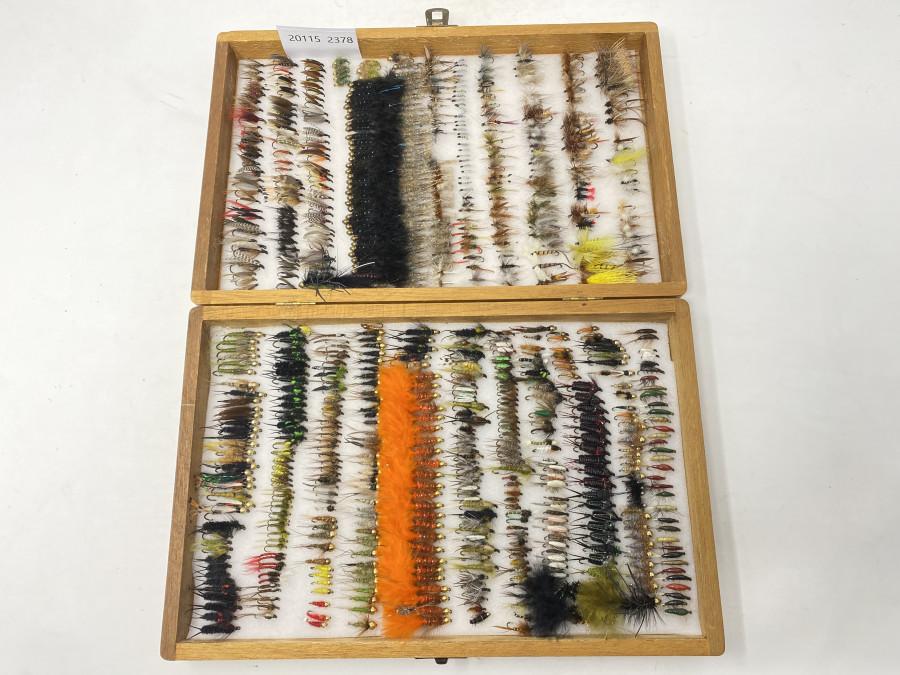 Holzfliegenbox, im Deckel beidseitig Schaumstoff mit ca. 600 Trockenfliegen, Streamern, Nassfliegen, Nymphen und Goldkopfnymphen, ordentliche Qualität
