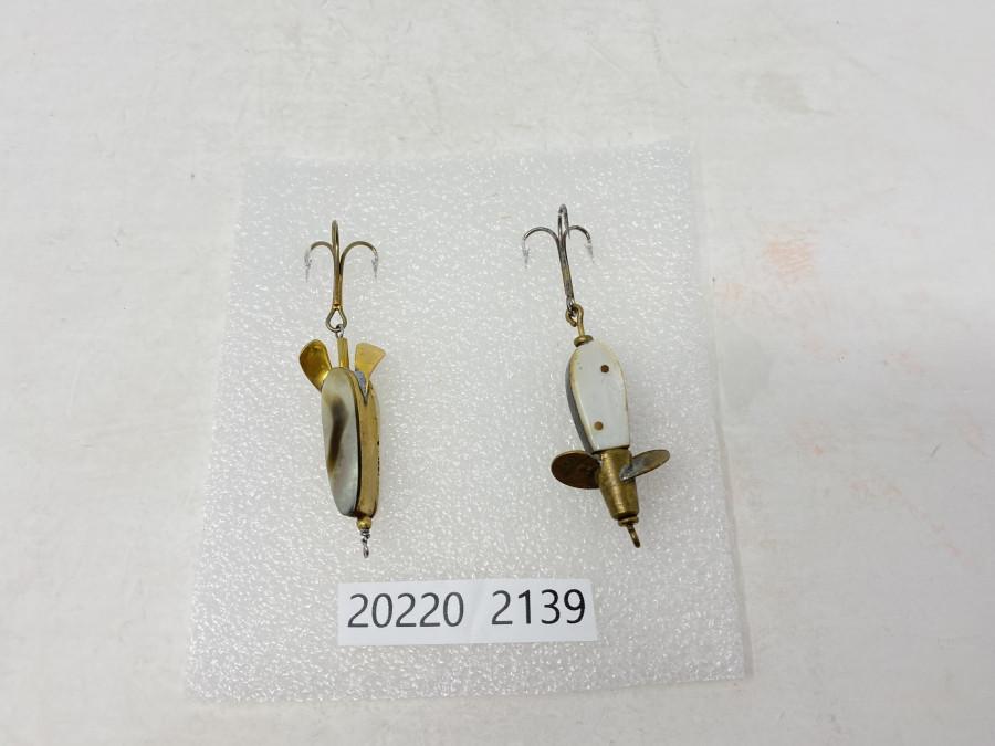 2 Perlmutt Köder, Lemax Wunderfischli, vorne auf Propeller gemarkt Lemax Swiss Made, der 2. Perlmutt Köder ist nicht gemarkt