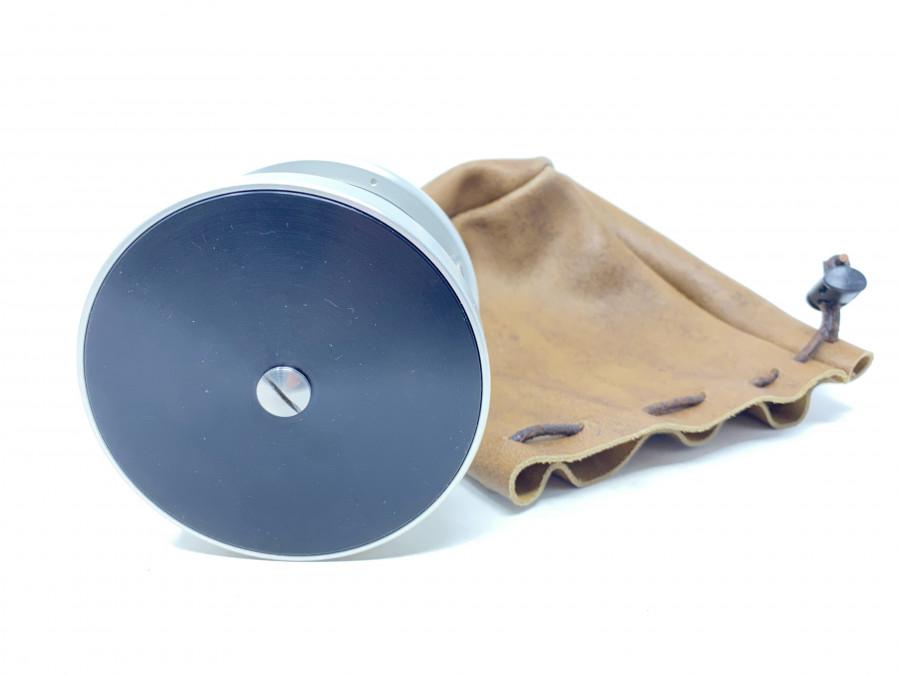 Klassische S-Handle Rolle,  Klasse 10, Rechts- oder Linkshand, mit einem Klicker, Rückenplatte dreht sich mit und kann mit der Hand gebremst werden, Lederbeutel, neu und ungefischt
