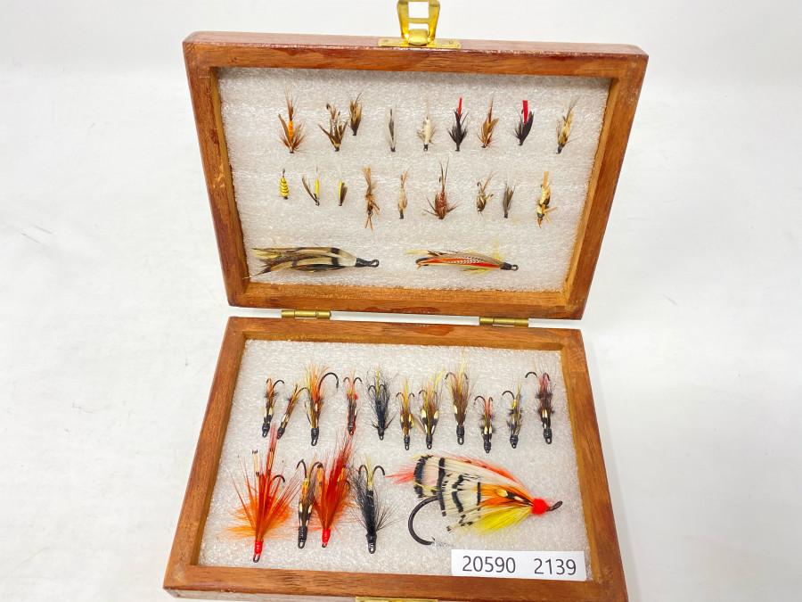 Holzbox mit 15 Lachs-Doppelhakenfliegen, 3 Lachsfliegen und 18 Nassfliegen