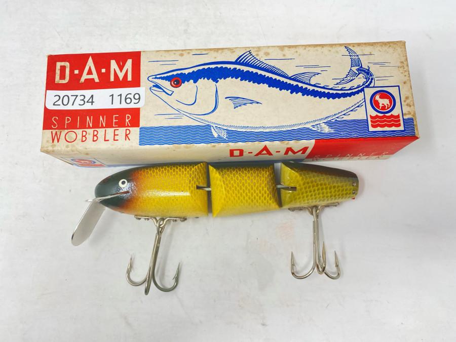 Ungefischter 3-teiliger DAM Zuger Wobbler in Original Schachtel, die Gummischwanzflosse ist zerbröselt, ansonsten ist der Wobbler makellos und hat keinerlei Beschädigungen