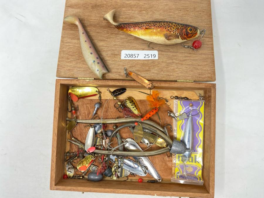 Holzbox mit verschiedenen Ködern, Huchenzopf, Abu und Dam Spinnern, Kleinzeug