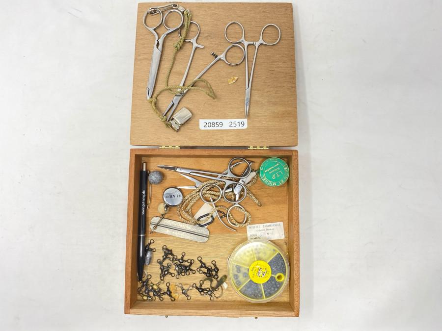 Holzbox mit Scheren, Klemmen, Hakenschärfer, Blei, Fett und Kleinzeug