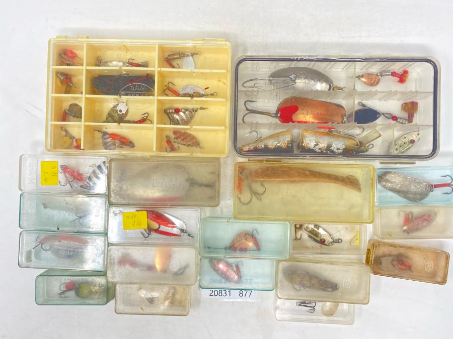 19 gebrauchte, Original DAM-Kunststoff-Schachteln, gefüllt mit 33 verschiedenen alten DAM Ködern