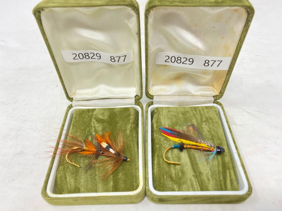 2 Schmuckfliegen (Lachsfliegen) in der Samtschachtel; hergestellt sind diese Fliegen von Rogan of Donegal