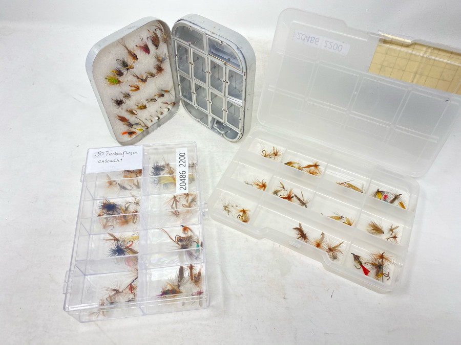 3 Fliegenboxen: Wheatley mit 30 Nassfliegen und Nymphen, Klarsichtbox mit 50 Trockenfliegen, Kunststoffbox mit 40 Trockenfliegen