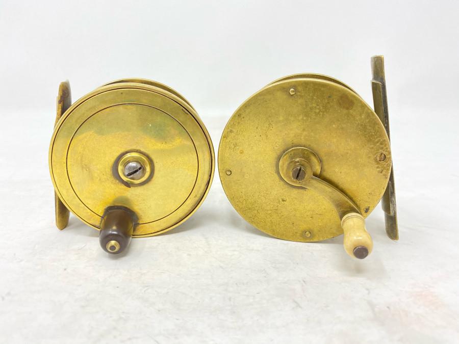 2 alte Messingrollen von Farlow, England, Horngriffe, 70mm Rollendurchmesser, 30mm Rollenbreite, mit alter Seidenschnur, und eine mit Getriebe, 75mm Rollendurchmesser, 45mm Rollenbreite