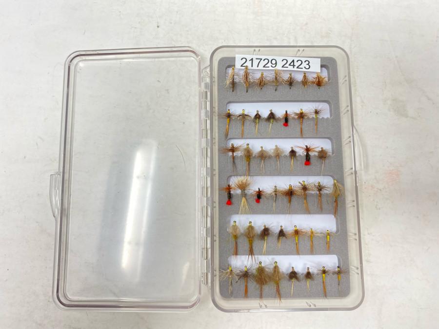 Kunstsoff Fliegenbox, mit Schaumstoffeinlage, gefüllt mit 44 Trockenfliegen für Äsche und Forelle, gute Qualität, gebunden von Udo Hildebrandt